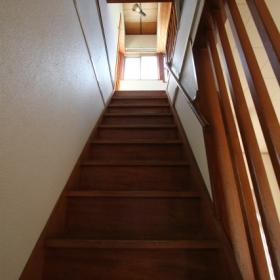階段より2階報告を見る。