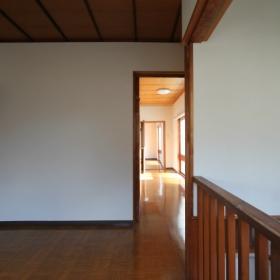 2階西側廊下より東方向を見る。