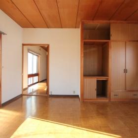 2階東側洋室8帖より西方向を見る。