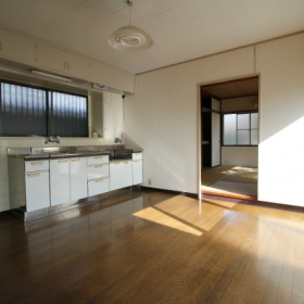 1階LDKより和室方向を見る。