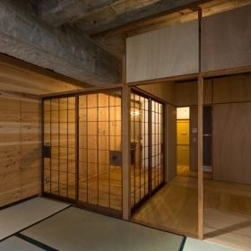 和室より玄関方向を見る。