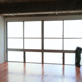 片面全部ガラスなので、明るいです。曇りガラスなので、それがまた不思議な雰囲気で面白かったです。