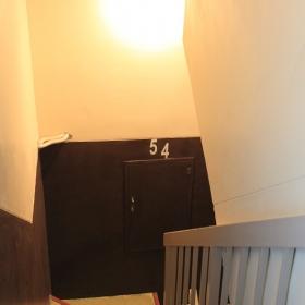 エレベーターはないので、5階まで階段で上って頂きます。ふくらはぎやモモが鍛えられるので、体の安定感が増しますよ。