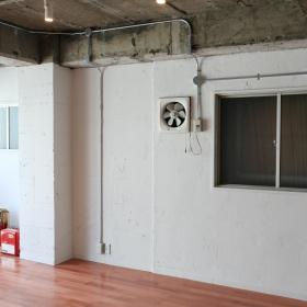 壁は、コンクリートの上からペイントされています。絵とか、写真とか飾ったり、棚を設置したりなんてことも大丈夫です。