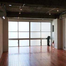 玄関の辺りから撮りました。広めのワンルームとなっており、天井を抜いて高くしてあったり、良い空間だと思います。