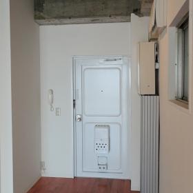 壁は白くまとめられていますが、玄関の扉や、その周りの壁とか、ペイントして色を足していっても面白いかと思います。