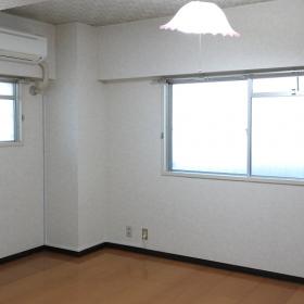 玄関入って左側にある洋室8帖のお部屋です。壁紙と幅木と照明は変えたいかもと思いました。