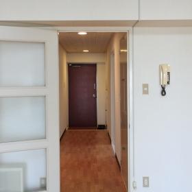 LDKから玄関の方を撮った写真です。玄関周りや廊下とか、デザイン的には少し古めな印象ですが、少し手を入れたら良くなりそうな感じがありました。