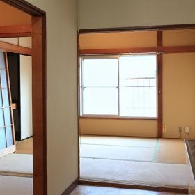窓は、南向きなので、結構明るいです。壁や柱などは、白とかで同色にペイントしたりしても面白いかと思います。