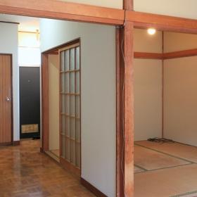 和室6畳から玄関の方を見た写真です。間取りが使いやすそうな印象がありました。