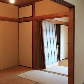 床は、畳が少し古い事もあり、フローリングなどへの変更が良いかなと思いました。例えば、こんな感じ( http://diyp.jp/room/258 )とか。