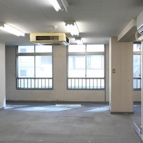 入り口の所から、部屋の窓面を見た写真です。