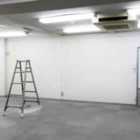 キッチンの所から、部屋の真ん中の壁を見た写真です。間で仕切られてはいますが、結構広々とした空間です。