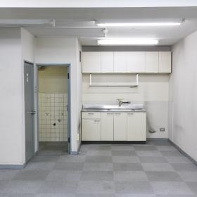 キッチン、普通の一般的なものが置いてあります。変更するのも大丈夫ですし、壁を建てて、水まわりを隠してしまうのも良いかと思います。