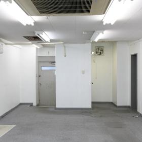 左奥の扉が入り口で、その右側にトイレがあります。