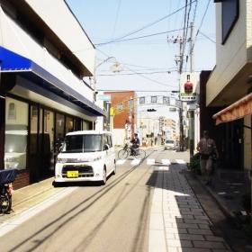 駅前には昔ながらの商店街もあり。銀行もあります。