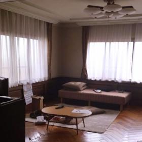 増築部分の洋室もモダンで天井が高いです。床もヘリンボーン。