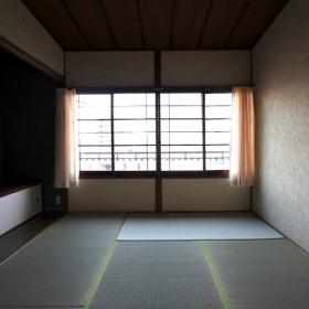 2階洋室より和室方向を見る。