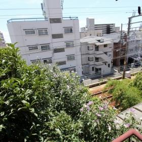 2階からの景色。線路は近いですが、緑で気になりません。
