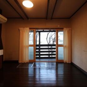 1階リビング。南面は阪急電車の線路が隣接しているのですが、二重サッシになっています。