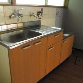 奥に洗濯機、手前に冷蔵庫置き場です。棚も作れそう。