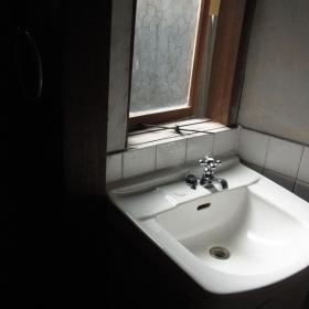 洗面台と窓は何とも味があります