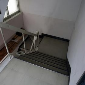 階段 2階から1階を見る。
