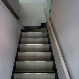 階段 1階から2階を見る。