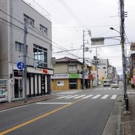 北側前面道路の様子。まっすぐ歩けば、駅です。