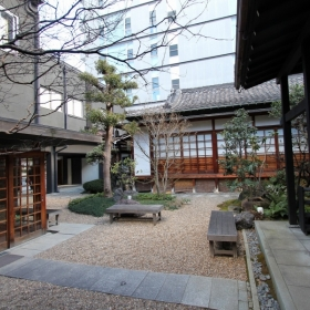 お寺の中庭。イベント等もされています。