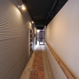 マンション1階の共用廊下