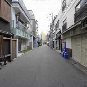 マンションの前面道路。立花通りの1本北側です。