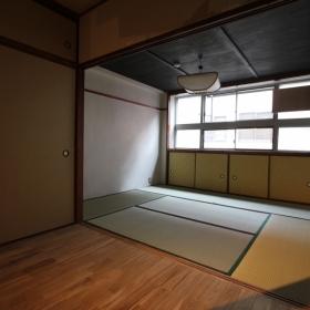 洋室より和室方向を見る。床材はオークです。