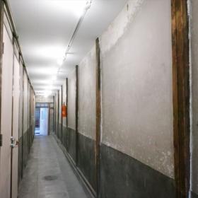 長い廊下はギャラリーとして絵が飾れます。