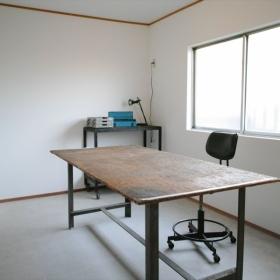 共同作業室は土間です。机が大きくて便利。